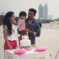 Awan kebahagiaan kini meliputi keluarga kecil Rio Dewanto dan Atiqah Hasiholan. Pasalanya buah hati mereka, Salma merayakan ulang tahun yang pertama pada 23 Juni lalu. (Foto: instagram.com/atiqahhasiholan)