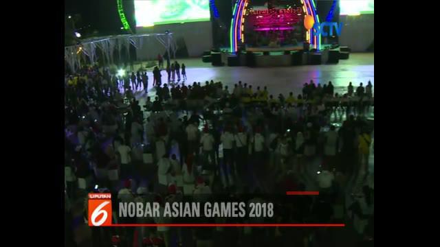 Para atlet dari berbagai negara yang berlaga di Jakabaring, Palembang, ikut memeriahkan pembukaan lewat layar besar di Gelora Sriwijaya.