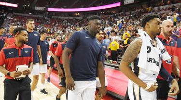Pemain New Orleans Pelicans meninggalkan lapangan setelah gempa bumi berkekuatan magnitudo 7,1 mengguncang Thomas & Mack Center selama pertandingan melawan New York Knicks pada NBA Summer League 2019 di Las Vegas, Nevada (5/7/2019). (AFP Photo/Ethan Miller)