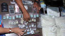 Barang bukti diperlihatkan saat rilis kasus narkoba di kantor Badan Narkotika Nasional (BNN), Jakarta, Jumat (22/5/2015). BNN berhasil mengungkap kasus narkoba yang melibatkan seorang sipir Lapas Banceuy, Bandung, Jawa Barat. (Liputan6.com/Helmi Afandi)