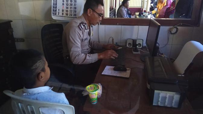 Rambutnya Dipotong Berantakan Oleh Guru, Orangtua Lapor Polisi (Liputan6.com/Dian Kurniawan)