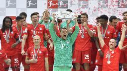 Manuel Neuer pernah meraskan dua kali meraih treble bersama Bayern Munchen. Treble pertama Die Roten diraih pada musim 2012-2013, saat Bayern masih dilatih Jupp Heyneckes. (Foto: AFP/John Macdougall)