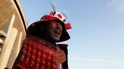 Seorang fans Jepang mengenakan kostum samurai berpose jelang pertandingan  Rugby World Cup 2019 antara Jepang dan Samoa di luar City of Toyota Stadium, Tokyo, Jepang (5/10/2019). (AFP Photo/Adrian Dennis)