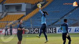 Jelang laga melawan Cina kemampuan dan kelincahan para penjaga gawang Timnas Indonesia terlihat semakin ditingkatkan oleh Pelatih penjaga gawang Timnas Indonesia, Fabio Tependino (Liputan6.com/ Helmi Fithriansyah)