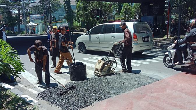 CPGT Buntut Asap Keluar dari Jalan di Simpang Cipaganti-Pasteur Bandung - Regional Liputan6.com