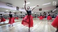 Para pebalet menunjukkan penampilan terbaiknya saat latihan jelang Bandung International Dance Competition di studio Cicila Ballet School, Kemanggisan, Jakarta, Minggu (16/9). (Liputan6.com/Fery Pradolo)