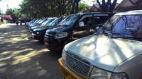 Deretan mobil rental. (Liputan6.com/Eka Hakim)