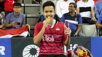 Tunggal putra Indonesia, Anthony Sinisuka Ginting, menunjukkan medali yang diraihnya setelah menjuarai Korea Terbuka Super Series 2017 di Seoul, Minggu (17/9/2017). (Humas PBSI)