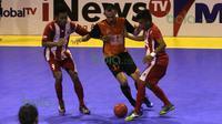 Perebutan bola antara pemain IPC Pelindo (tengah) dengan pemain Black Steel Manokwari dalam laga Seri III Grup B Wilayah Timur Pro Futsal League 2016 di GOR 17 Desember, Mataram, NTB, Minggu (13/3/2016). (Bola.com/Arief Bagus)