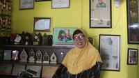 Vinolia Wakidjo, yang lebih dikenal Mami Vin.  Sosoknya kini dikenal sebagai orang yang penuh semangat merawat orang dengan HIV/AIDS (ODHA). Mami Vin juga membantu para waria di Yogyakarta untuk lepas dari prostitusi dan membuka usaha agar mandiri secara ekonomi.