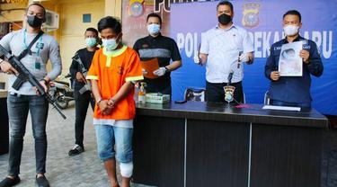 Konferensi pers kasus pembunuhan kuli bangunan di Polresta Pekanbaru.