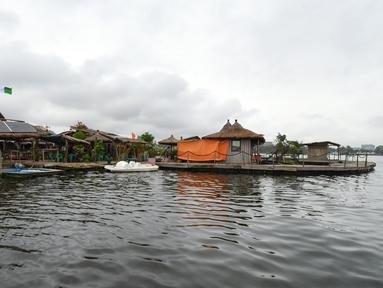 Gambar pada Agustus 2019, pemandangan resor di pulau buatan dari sampah plastik daur ulang di Laguna Ebrie di Abidjan, Pantai Gading. Eric Becker asal Prancis membangun sebuah pulau terapung dari sekitar 700.000 sampah plastik daur ulang yang dikumpulkan di daerah sekitarnya. (ISSOUF SANOGO/AFP)