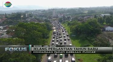 Ruas jalan di kawasan wisata Puncak, Bogor, dan Lembang, Bandung Barat, mulai dipadati kendaraan wisatawan.