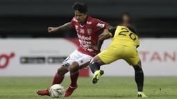 Striker Bali United, Irfan Bachdim, berusaha melewati gelandang Bhayangkara FC, Ilham Udin, pada laga Piala Presiden 2019 di Stadion Patriot, Bekasi, Kamis (14/3). Bhayangkara menang 4-1 atas Bali. (Bola.com/Yoppy Renato)