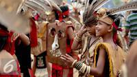 Sejumlah warga suku Dayak bersiap meriahkan pagelaran Karnaval Katulistiwa di Pontianak, Kalimantan Barat, Sabtu (22/8/2015). Kegiatan ini dalam rangka memperingati Hari Ulang Tahun (HUT) ke-70 Kemerdekaan Republik Indonesia. (Liputan6.com/Faizal Fanani)