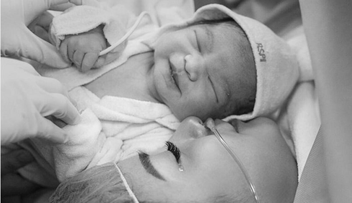 Artis sinetron Chelsea Olivia baru saja melahirkan anak pertamanya Jumat, (9/9/2016) pukul 9 pagi. Istri Glenn Alinskie itu melahirkan anak pertamanya secara caesar di Rumah Sakit Pondok Indah. (dok. Instagram)