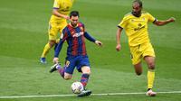 Lionel Messi (kiri) tidak menyia-nyiakan peluang emas dan sukses mencetak gol dengan membidik sisi kiri gawang Cadiz. (Foto: AFP/Josep Lago)