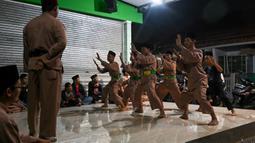 Praktisi pencak silat, seni beladiri yang berasal dari Asia Tenggara, melakukan sesi latihan di Jakarta, Sabtu (14/12/2019). Badan PBB, UNESCO menetapkan pencak silat sebagai warisan budaya tak benda dalam sidang ke-14 Komite Warisan Budaya Tak Benda UNESCO di Bogota, Kolombia. (BAY ISMOYO/AFP)
