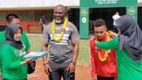 Pengalungan bunga kepada pelatih Persipura, Jacksen F. Tiago, dan Todd Rivaldo Ferre oleh anggota Slemanona di Stadion Maguwoharjo, Rabu (18/9/2019). (Bola.com/Vincentius Atmaja)