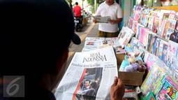Warga membaca Koran hari ini di Jakarta, Rabu (10/5). Vonis Hakim terhadap Basuki Tjahaja Purnama (Ahok) kemarin membuat Sejumlah koran Nasional menjadikan berita Ahok halaman depan. (Liputan6.com/Johan Tallo)
