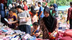 Warga memilih peralatan sekolah yang dijajakan pedagang di sekitar Pasar Asemka, Jakarta, Rabu (5/7). Jelang bergantinya tahun ajaran baru, sejumlah warga berburu peralatan sekolah di kawasan Pasar Asemka Jakarta. (Liputan6.com/Helmi Fithriansyah)