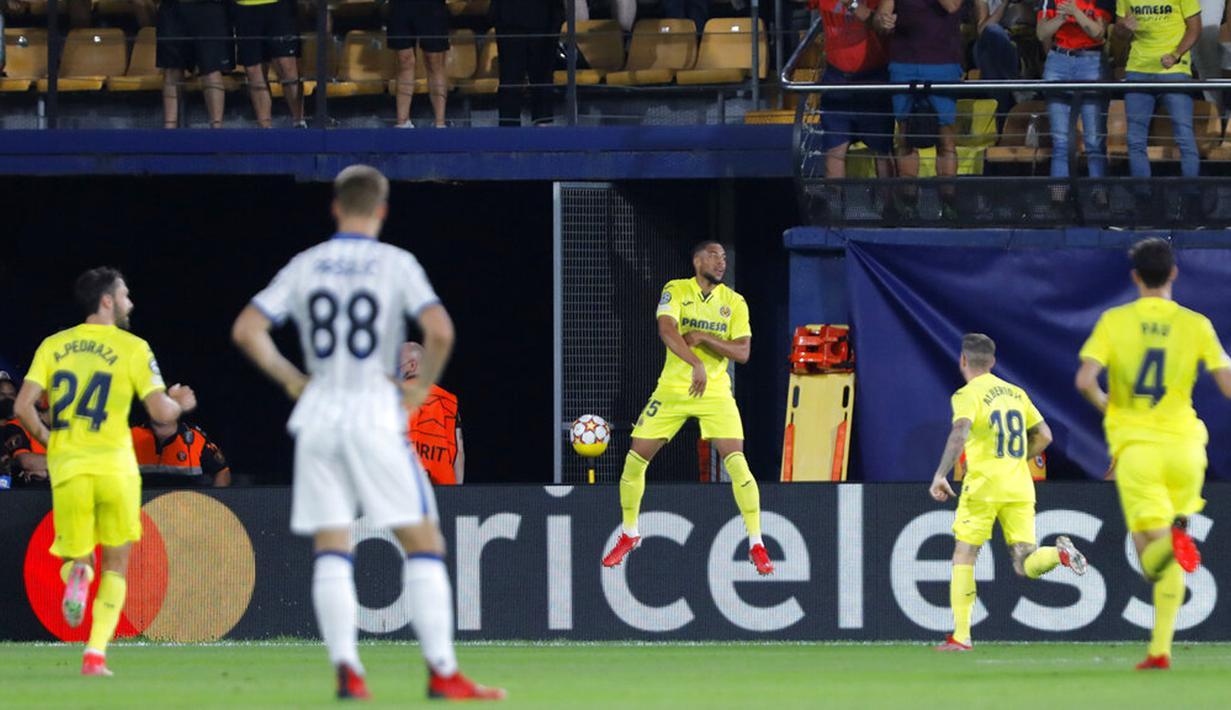 Pemain Villarreal Arnaut Danjuma (tengah) melakukan selebrasi usai mencetak gol ke gawang Atalanta pada pertandingan Grup F Liga Champions di Villarreal, Spanyol, Selasa (14/9/2021). Pertandingan berakhir imbang 2-2. (AP Photo/Alberto Saiz)