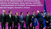 Presiden FIFA Gianni Infantino memberikan jersey nomor punggung 21 kepada Presiden Joko Widodo atau Jokowi pada acara penandatanganan MoU antara ASEAN dengan FIFA di Bangkok, Thailand, Sabtu (2/11/2019). (Liputan6.com/Biro Pers Setpres)