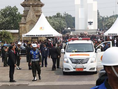 Suasana saat kedatangan mobil jenazah pembawa Presiden ke-3 RI BJ Habibie di TMP Kalibata, Jakarta, Kamis (12/9/2019). Ribuan warga berdesakan untuk melihat prosesi pemakaman Habibie. (Liputan6.com/Helmi Fithriansyah)