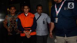 Direktur Utama PT CMI Teknologi Rahardjo Pratjinho berjalan keluar seusai pemeriksaan di Gedung KPK, Jakarta, Selasa (14/01/2020). KPK resmi menahan Rahardjo dalam kasus dugaan korupsi pengadaan perangkat transportasi informasi terintegrasi tahun anggaran 2016 di Bakamla. (merdeka.com/Dwi Narwoko)