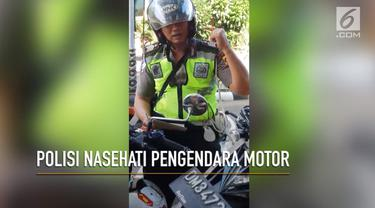 Polisi di Gorontalo ini tertangkap kamera sedang menasehati pengendara motor yang melanggar peraturan. Bukannya ditilang, pengendara hanya dinasehati tentang keselamatan berlalu lintas.