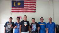 Asisten pelatih Sabah FA, Sofie Imam Faizal bersama Aremania di Malaysia. (Bola.com/Dok Pribadi)