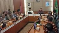 Wakil Gubernur Jawa Barat Uu Ruzhanul Ulum memberikan surat penugasan Mendagri kepada Plt Bupati Bekasi. (Huyogo Simbolon)
