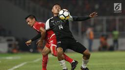 Pemain Persija, Ismed Sofyan (kiri) berebut bola dengan pemain Home United saat laga kedua Semifinal Zona Asia Tenggara Piala AFC 2018 di Stadion GBK, Jakarta, Selasa (15/5). Babak pertama Persija tertinggal 1-3. (Liputan6.com/Helmi Fithriansyah)