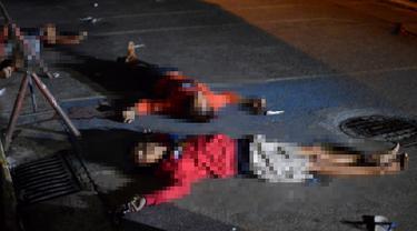 Tiga pria tewas bergeletakan dijalanan setelah ditembak mati oleh polisi di Manila, Filipina (21/9). Menurut polisi kejadian ini adalah korban dari eksekusi main hakim sendiri bagi pengguna atau pengedar narkoba. (REUTERS/Ezra Acayan)