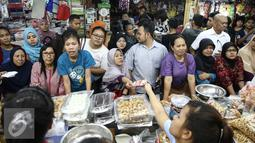 Sejumlah calon pembeli mengantre membeli kue kering di Pasar Jatinegara, Jakarta, Senin (27/6). Warga lebih memilih untuk membeli kue kering siap saji daripada membuat kue sendiri. (Liputan6.com/Faizal Fanani)