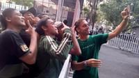 Wolfgang Pikal bersama suporter Persebaya Surabaya. (Bola.com/Aditya Wany)