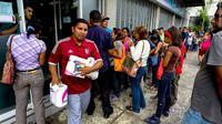 Krisis ekonomi membuat warga Venezuela harus antri berjam-jam untuk mendapat makanan (Getty Image)
