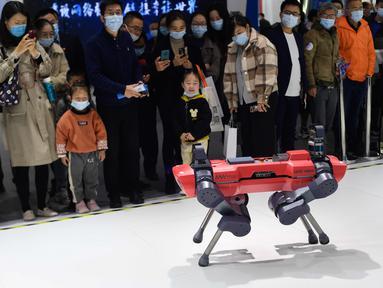 Para pengunjung mengamati robot yang dipamerkan dalam Light of Internet Expo di Konferensi Internet Dunia (World Internet Conference/WIC) 2020, Wuzhen, Zhejiang, China, 22 November 2020. Pameran berfokus pada tren perkembangan internet terbaru dan teknologi mutakhir dunia. (Xinhua/Li Xin)