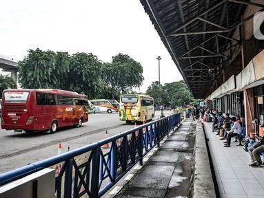 Suasana Terminal Kampung Rambutan di Jakarta, Kamis (12/11/2020). Kepala Terminal Kampung Rambutan Made Joni menyatakan proyek revitalisasi yang direncanakan tahun ini terpaksa batal dikarenakan adanya pengalihan anggaran untuk penanganan COVID-19. (merdeka.com/Iqbal Septian Nugroho)
