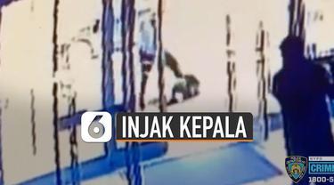 Terekam CCTV, korban diserang tiba-tiba di trotoar saat berjalan menuju ke gereja.