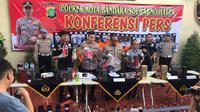 Polres Bandara Soekarno Hatta (Soetta) merilis hasil penangkapan sindikat miras oplosan beserta barang bukti, Kamis (30/1/2020). (Liputan6.com/Pramita Tristiawati)
