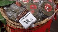 Kue keranjang mulai ramaikan supermarket jelang perayaan Imlek 2021 (Liputan6.com/Komarudin)