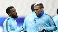 Dua striker tim nasional Prancis, Alexandre Lacazette (kiri) dan Antoine Griezmann (kanan). (AFP/Franck Fife)