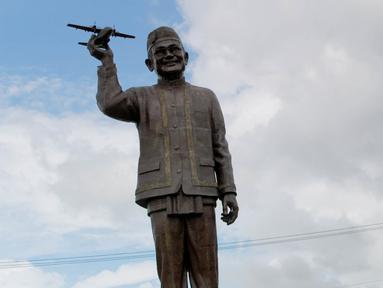 Tampilan patung Presiden Indonesia ketiga Bacharuddin Jusuf Habibie memegang pesawat di Isimu, Kabupaten Gorontalo, Gorontalo, Jumat (4/1). Patung perunggu yang dibuat oleh Pemprov Gorontalo tersebut masih tahap pembangunan. (Liputan6.com/Arfandi Ibrahim)