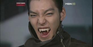 Biasanya Kim Woo Bin tampil tampan di setiap kesempatan. Namun begini jadinya saat aktor kelahiran 16 Juli 1989 ini menjadi seorang drakula. (Foto: koreaboo.com)