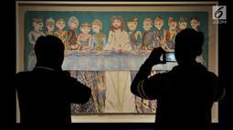 """Pengunjung mengabadikan salah satu karya Sasya Tranggono dalam pameran bertajuk """"Cinta untuk Indonesia"""", Jakarta, Kamis (28/2). Pameran tersebut menyajikan cerita tradisi wayang dengan penggambaran seni kontemporer. (Merdeka.com/Iqbal S. Nugroho)"""
