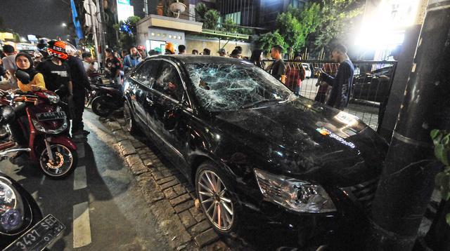 Sebuah mobil sedan Toyota Camry warna hitam berplat nomor B 1185 TOD rusak akibat diamuk warga di kawasan Saharjo, Jakarta, Kamis (18/4). Warga mengamuk karena diduga pengemudi menabrak belasan pengendara sepeda motor dan mobil dari Jalan Tendean hingga Jalan Saharjo. (Liputan6.com/Herman Zakharia)