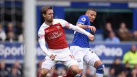 Duel dilakukan Nacho Monreal dan Richarlison pada laga lanjutan Premier League yang berlangsung di Stadion Goodison Park, Liverpool, Minggu (7/4). Arsenal kalah 0-1 kontra Everton. (AFP/Oli Scarff)