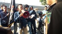 Pegiat anti korupsi mendukung Kejati Sulsel bongkar kasus dugaan korupsi proyek pembangunan jaringan pipa avtur milik PT. Pertamina di Makassar (Liputan6.com/ Eka hakim)