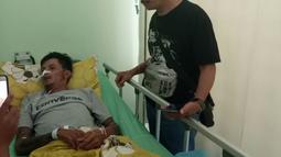 Seorang korban miras oplasan terbaring di rumah sakit di Cicalengka, Jawa Barat (11/4). Setidaknya 100 orang yang juga mengkonsumsi minuman keras buatan itu masih dirawat di sejumlah rumah sakit di daerah Jawa Barat.  (Liputan6.com/Pool/Polda Jabar)